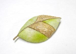 天蚕 葉っぱのブローチ