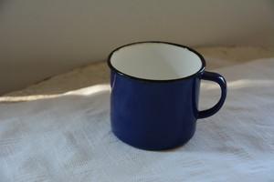 青いコップ