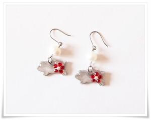コブタと真珠(赤いお花)フックピアス、シルバーカラー