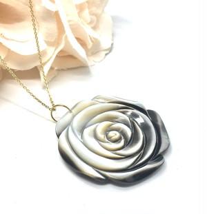 ★アンテグレール★ブラックシェル(黒蝶貝)の薔薇のペンダント(40mm)