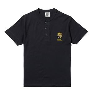 黄色豹刺繍入りヘンリーネック黒Tシャツ