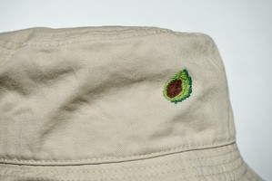 食べごろいつなの?「アボカド」 手縫い刺繍バケットハット(Bucket Hat)