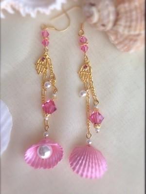シェルとハムサのロングピアス ピンク