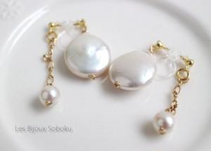 ダブルサイド・真珠の揺れるノンホールピアス・コインドロップ型とインフィニティチェーン