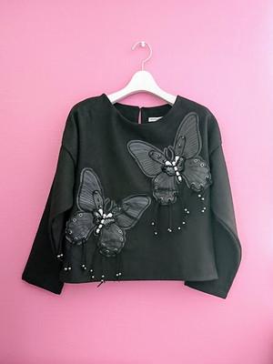 蝶のアップリケのプルオーバー