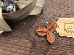 Laub  木のブローチ