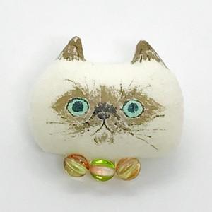 ふわふわ子猫ブローチ(シャム チェコガラスの首輪グリーンオレンジ)
