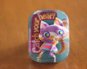 樹脂ブローチ/Catch your heart 紫三毛猫 ブルーベース(箱入り)