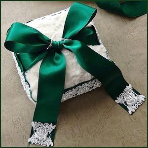 クロムグリーンのリボンを飾ったファー製のリングピロー