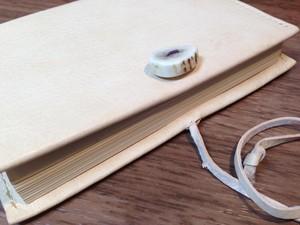 エゾシカ革 タンニン鞣し革 ヌメ革 エゾシカ角ボタン付 文庫本ブックカバー