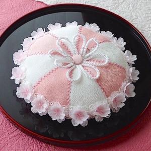 縁に桜花を飾った丸い和風リングピロー