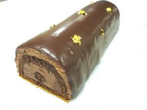 プレミアムホールケーキ「ビュッシュ・ショコラ」(冬限定)フランス産クーベルチュールチョコレートのすっきりした甘さと味わい。チョコレートの香りが強く、チョコ好きには堪らなく贅沢なお菓子