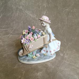 少女とお花の置き物