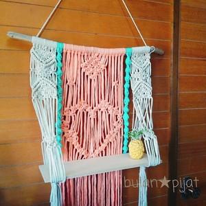 ハート編み コットンロープとTシャツヤーン染め糸の手編み壁掛けマクラメ編みタペストリー棚 流木 壁掛け棚
