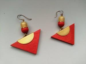アーリッカ 三角ピアス(ゴールド x 赤)