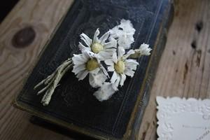 白いマーガレットのコサージュ
