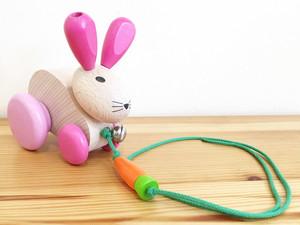 【0歳からのおもちゃ 出産祝い】 Selecta社 プルトーイうさぎ 五感を刺激します!