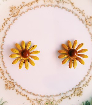 Travelling Madeleine - flower earring