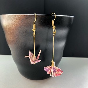 和風ピアス 和紙のミニチュア折り鶴と扇子 Japanese style dangling earrings Miniature origami Crane and Sensu
