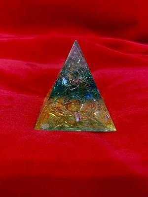 ヒーリングアイテム♪ ピラミッド型水晶入り