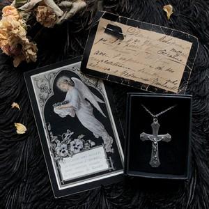 十字架のペンダントと天使のデスカード