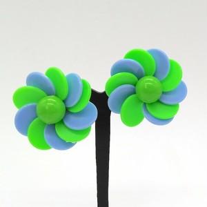 フレンチポップなプラスチックフラワー イヤリング(ブルー&グリーン )