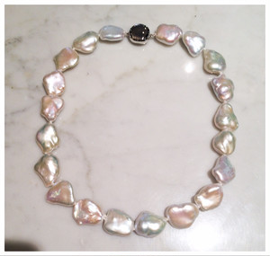 楽しい形の淡水真珠をつなげたネックレス