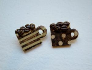 コーヒー豆とマグカップの陶器ブローチ(ドット・ボーダー)