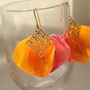 本物のバラの花びらと透かしパーツを使ったフックピアスORイヤリング