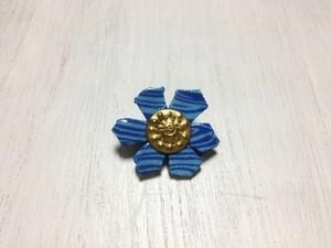 青花のブローチ
