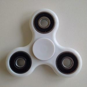 送料込み Hand Spinner ホワイト 指スピナー 高速回転・超人気モデル