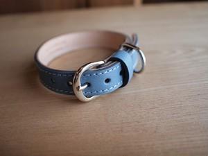 水色の革を使ったチワワ用の首輪