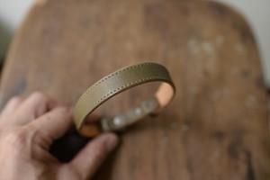 小型犬用の緑の革のスタンダードな首輪(ブロンズ金具)