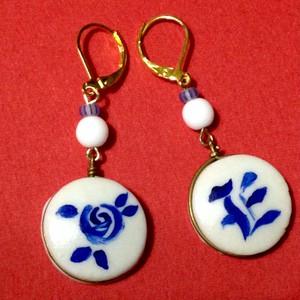 920 陶器パーツ  薔薇と「E」ピアス
