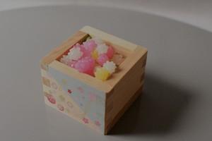 金平糖付きの桜と手毬が舞うおちょこサイズのミニ升。結婚式の引き出物や出産祝いに和のプチギフト