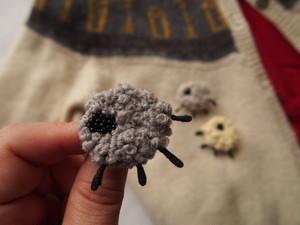 冬にぴったりwool刺繍のもこもこひつじのブローチ(濃グレー)