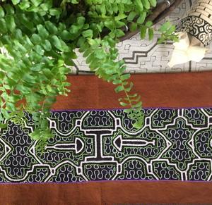 刺繍の敷き物 カフェマット アマゾンの泥染め シピボ族