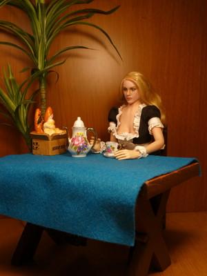 ドール写真:ブロンドメイドのコーヒーブレーク Doll picture: Blonde maid has a coffee break