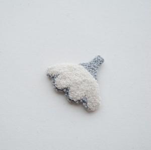 ニードルパンチのブローチ・白とグレーのお花(大きめ)