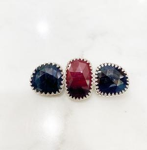 シルバーで王冠留めされた横並びのブルーと赤のサファイア(46ct)のブローチ