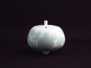 【井上萬二作】白磁緑釉牡丹彫文香炉