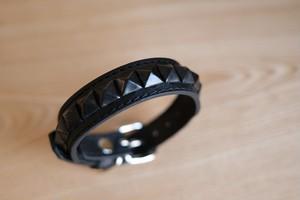 小型犬用の黒い革とスタッズのシンプルな首輪