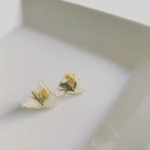 三角にミモザの花を閉じ込めたピアス