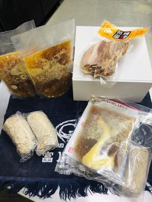 富良野 世界初できました!冷凍 雪中熟成小麦麺 3食スモークチャーシュー210gSET