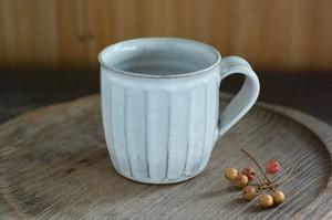 白い陶器のマグカップ(面)