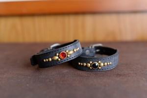 真鍮のスタッズを使った小型犬用の黒い革の首輪 tp003