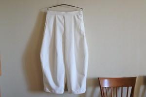 白のバルーンタックパンツ
