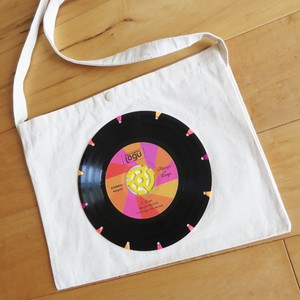 本物のレコードを使ったサコッシュ「bagu」ネオン