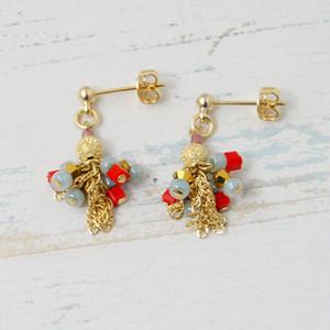 赤とゴールドが可愛い小ぶりなピアス。P6703-1