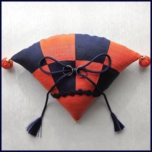 紺と橙色の市松柄の扇形和風リングピロー